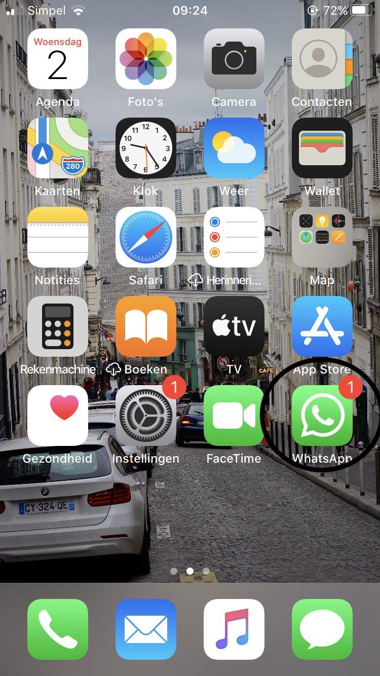 Screenshot: thuisscherm van iPhone met WhatsApp omcirkeld